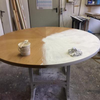 Oberseite des Tisches kälken und endlackieren